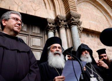 Jeruzsálemi keresztény egyházi vezetők a Szent Sír bazilika előtt