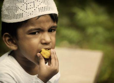 evő arab kisfiú