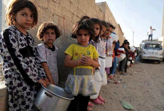 Étel és víz osztásnál szíriai árva gyerekek állnak sorban. Forrás: Facebook