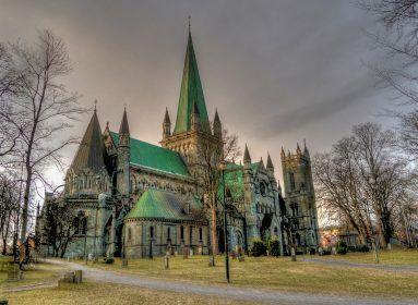 A Nidarosi katedrális Skandinávia egyik legnagyobb temploma, amely sokáig a norvég királyok koronázási helyszíne volt