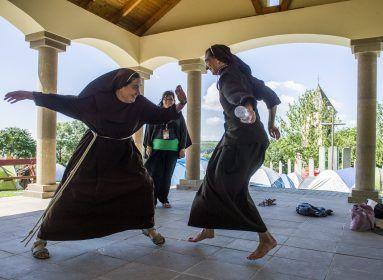 Boldogan adnak – Megható fotókon a szegénygondozó nővérek mindennapjai