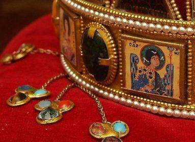 100 közéleti személyiség vette védelmébe a Szent Koronát