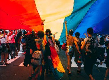 Homoszexuális felvonulásba hajtott egy kisteherautó