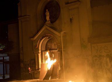 Égett a templom, összezúzták a szentek szobrait - antifa tüntetés Chilében