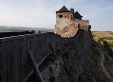 Poros kövek őrzik a magyar középkor elfeledett titkait