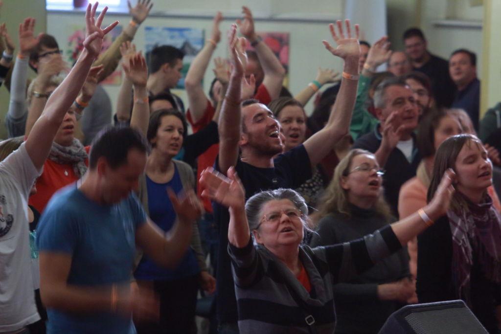 A szabadkeresztény és egyéb keresztény kisegyházak dicsőítéseit nehéz a szentmisével egy szintenemlíteni