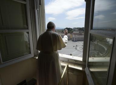 Ferenc pápa áldása után csökkenni kezdett a halálozások száma Olaszországban