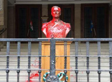 Kihallgatták a Horthy-szobrot vörös festékkel leöntő nőt