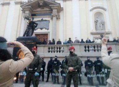 Testükkel védik a templomokat - újabb életellenes vonulás zajlik Varsóban