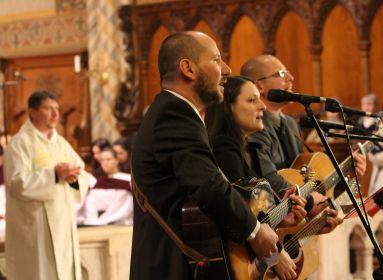 Az Eucharist együttes a szentáldozási ének éneklése közben a Mise Gitáron bemutatóján aMátyás-templomban 2014-ben