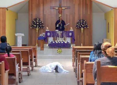 A mexikói férfi az oltár előtt térdelve hunyt el. Még abban az órában elmondták érte a halotti misét.