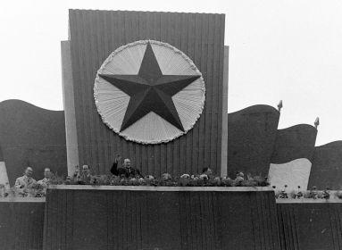 Kádár János 1960-ban a Felvonulási téren (Forrás: Fortepan.hu)