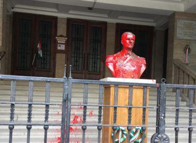 Vádat emeltek a nő ellen, aki megrongálta vitéz nagybányai Horthy Miklós szobrát