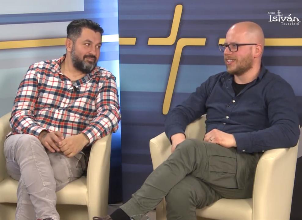 Mező Misi és Gável Gellért a keresztény könnyűzenei dicsőítés témájában beszélget a Szent István Televízió műsorában