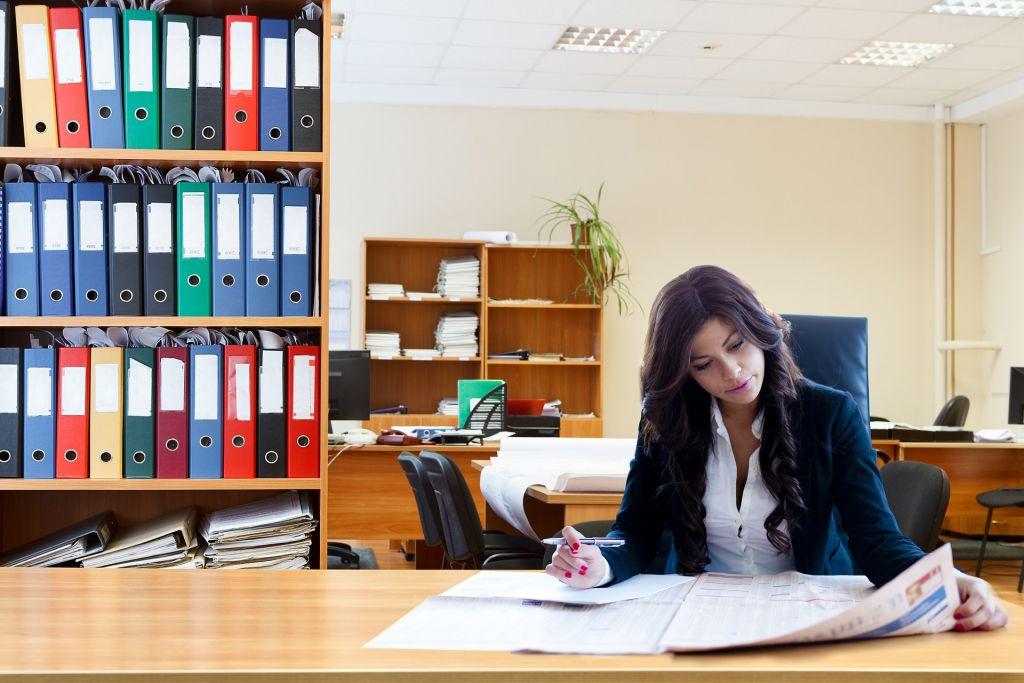 nő az irodában