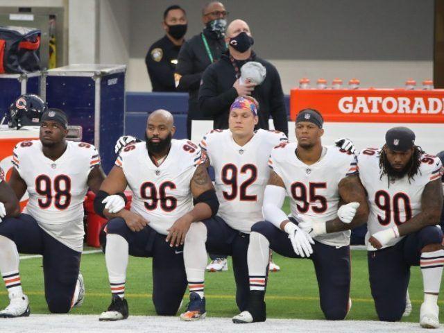 Az NFL játékosai térdelnek egy mérkőzés előtt.