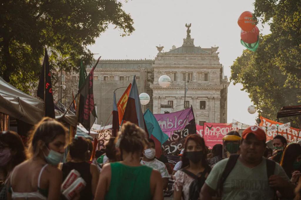 Abortuszpártiak menete Argentínában.