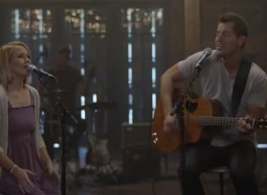Az Atya szeretetéről énekel Jeremy Camp feleségével.