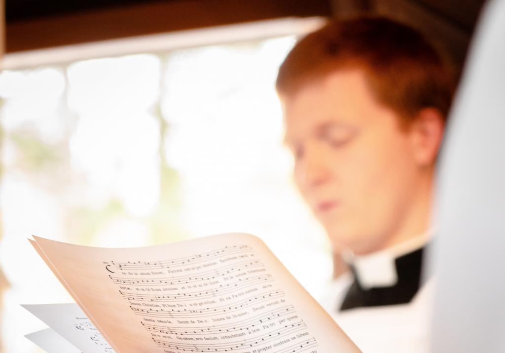 A papnövendék is dicsérheti Istent gitárral.