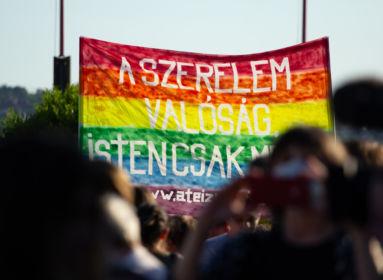 Isten csak mese – hirdették az LMBTQ-tüntetők a szeretet jegyében