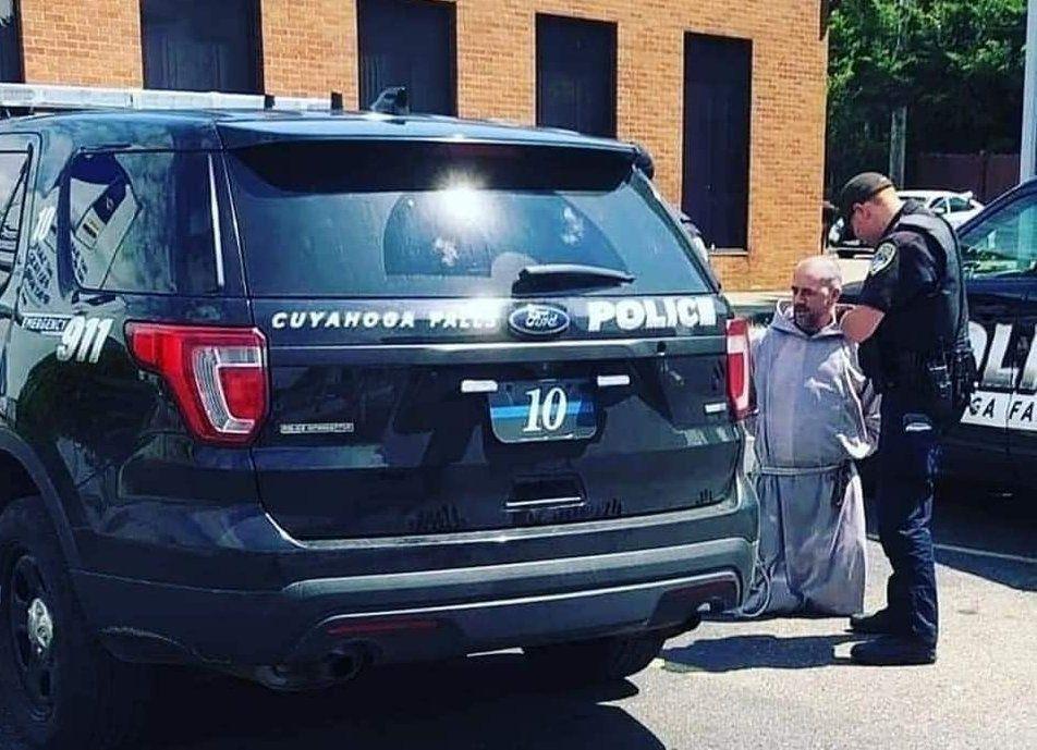 Fidelis atya letartóztatás közben (Forrás: Virth József Facebook-oldala)