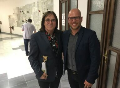 Szilas Imre zeneszerző átveszi Gável Gellért gitárművésztől a Szikra-életműdíjat 20231. augusztus 29-én a Kelenföldi Szent Gellért-templomban.