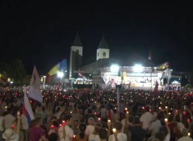 Táncoló, énekelő, közösen imádkozó fiatalok, papok és szerzetesek Mária köténye körül Međjugorjéban.