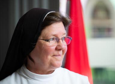 Európai Polgár kitüntetést kapott a magyar szerzetesnővér, aki egy kólagyártó multinál kezdte pályafutását